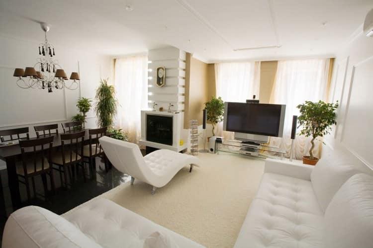 Белый цвет потолка в гостиной с темными деталями интерьера