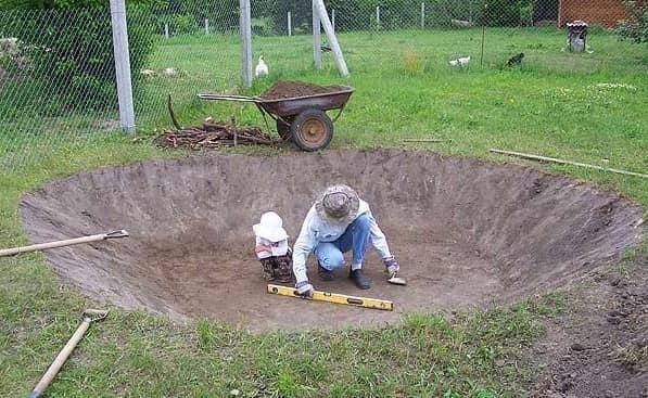 Копаем яму под пруд из пленки