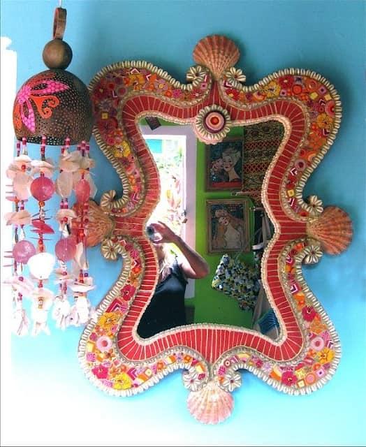 Оригинальная рама для зеркала - яркая деталь в декоре интерьера квартиры
