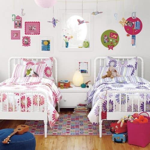 Две кровати рядом в комнате для разнополых детей
