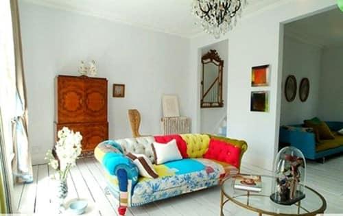 Разноцветный диван в интерьере на фото