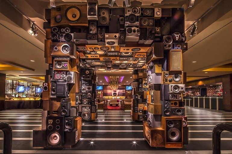 Уникальное оформление входа, собранное из множества аудио колонок