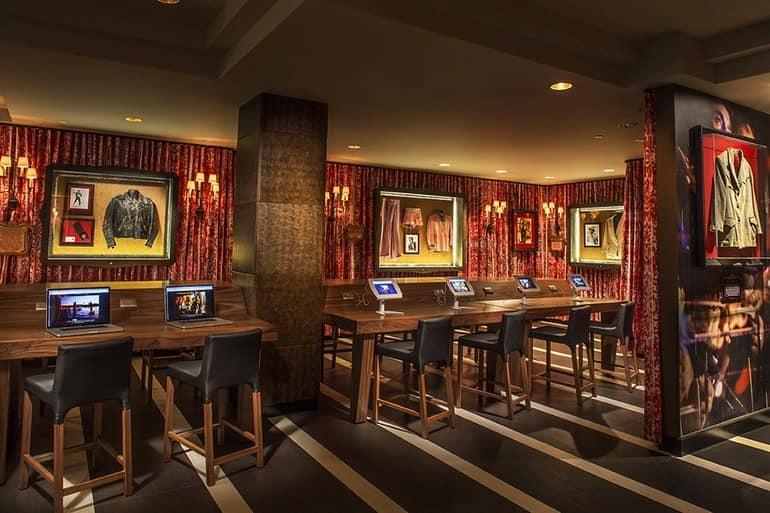 Столики и декор стен  в отеле Hard Rock