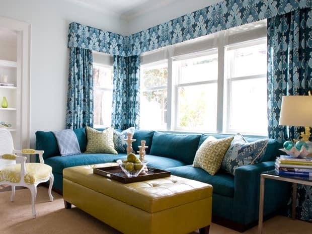 Бирюзовый диван и желтый столик в гостиной
