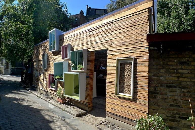 Магазинчик растительных продуктов и растений в Восточном Лондоне, Англия