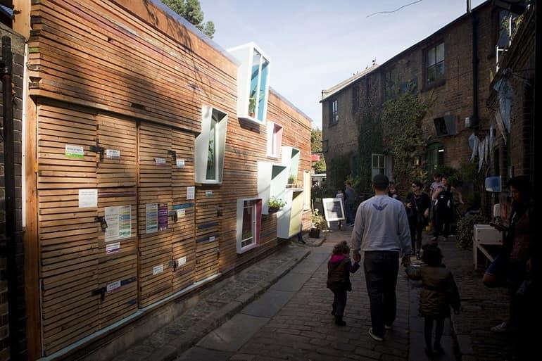 Улица и фасад магазина в восточном Лондоне