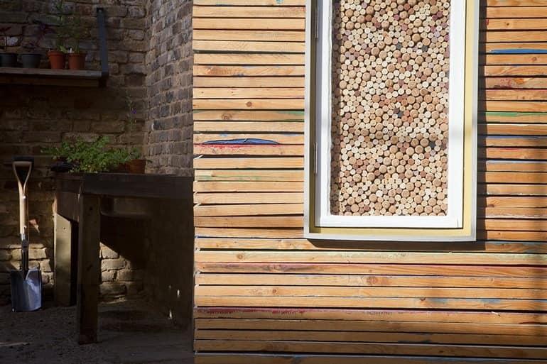 Деревянная обивка магазине и декор в окне