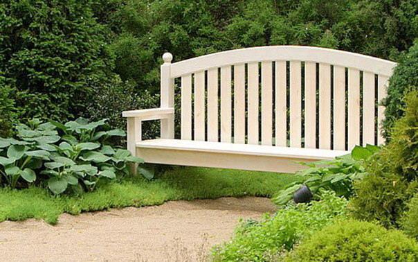 Белая садовая скамейка-мостик