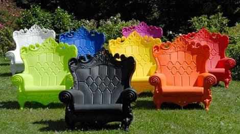 Яркие пластиковые садовые скамейки