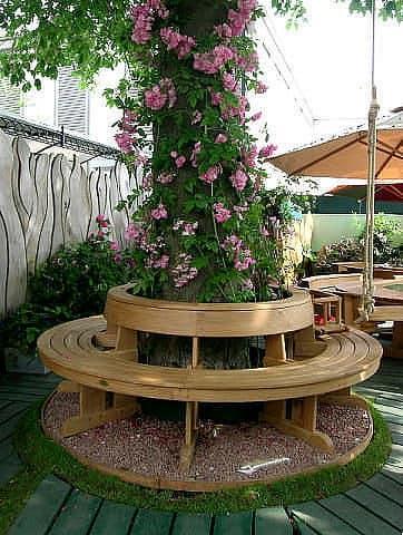 Оригинальный уголок отдых в саду со скамейкой