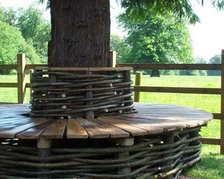 Фото плетеной скамейки вокруг дерева