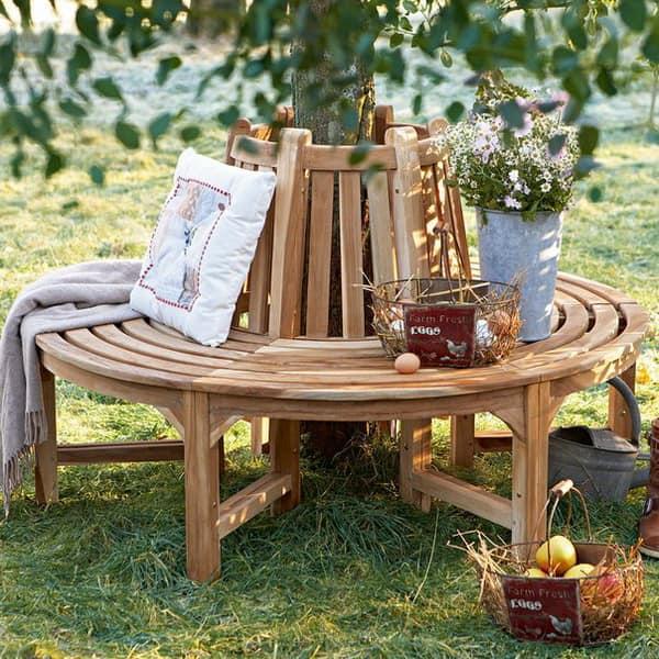 Деревянная скамейку в уголке отдыха в саду