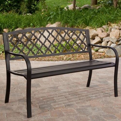 Металлическая скамейка в саду