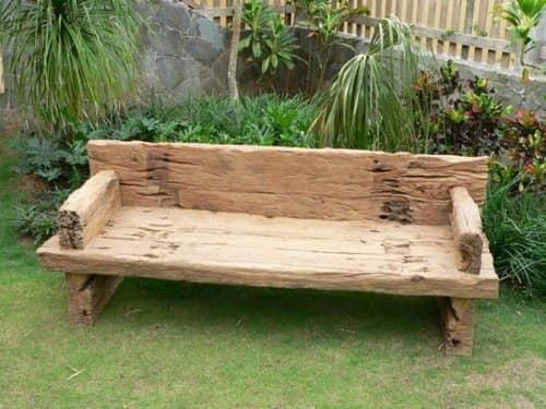Грубая садовая деревянная скамейка