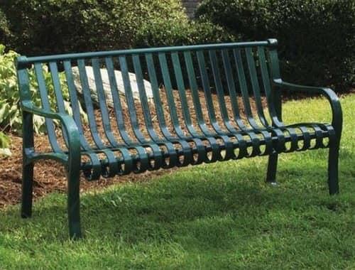 Уголок для отдыха в саду с металлической скамейкой