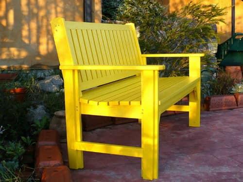 Яркая желтая деревянная скамейка