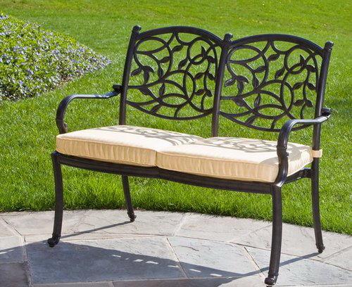 Скамейка из металла с подушками