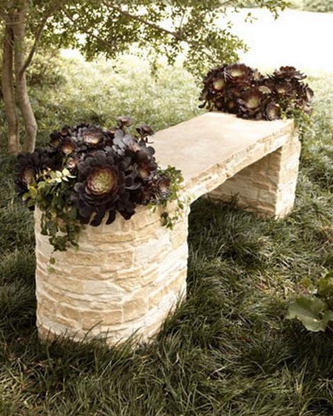 Уголок отдыха с каменной скамейкой