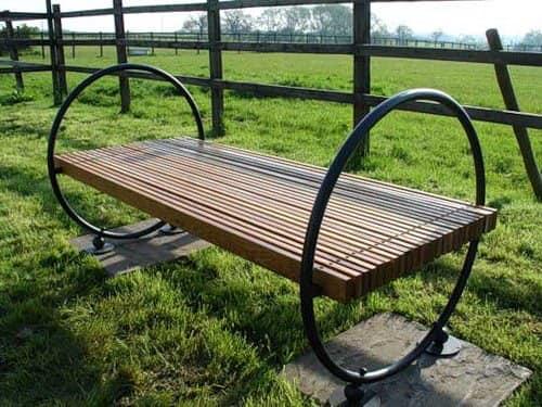 Комбинированная скамейка из металла и дерева без спинки