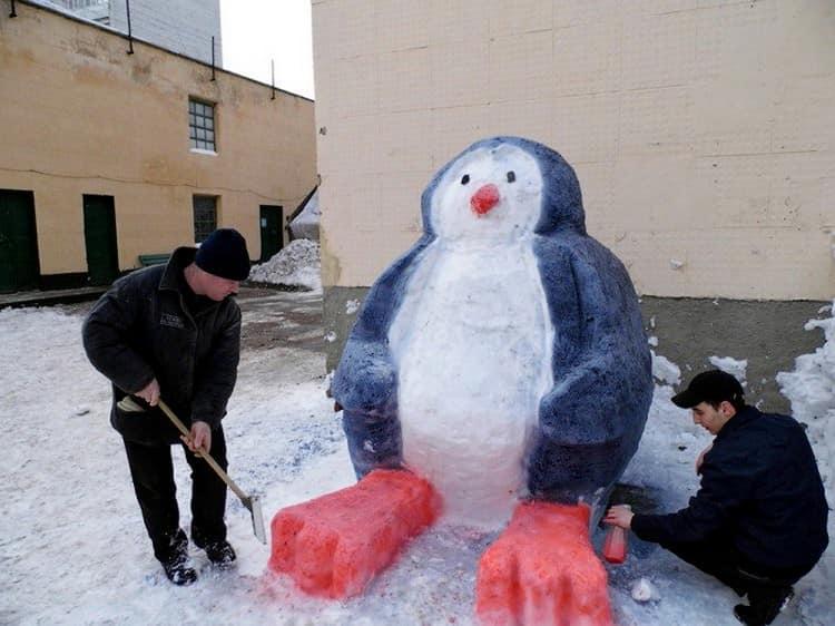 Лепим пингвина из снега - необычный снеговик