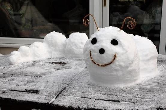 Добрая улитка из снега украсит подоконник снаружи