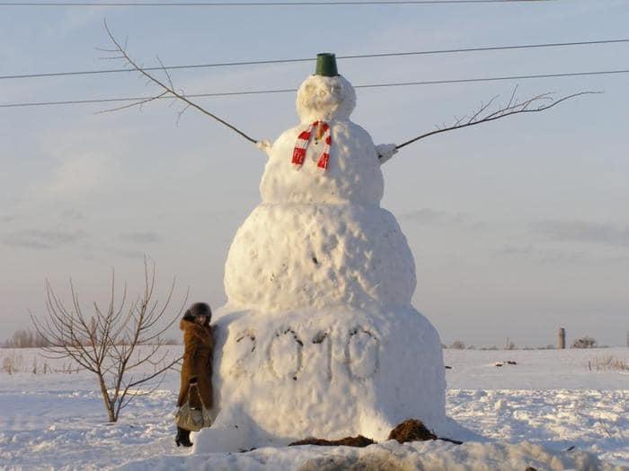 Огромный снеговик.