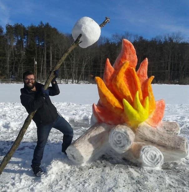 Гигантский костер из снега
