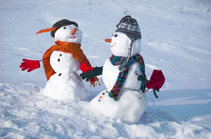 Лепим из снега снеговичков и другие фигуры