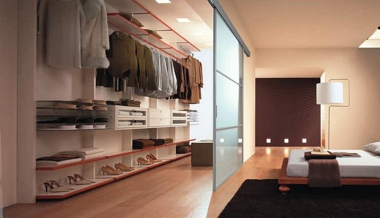 Большая гардеробная зона в спальне