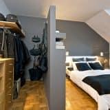 Стенка между спальней и гардеробом