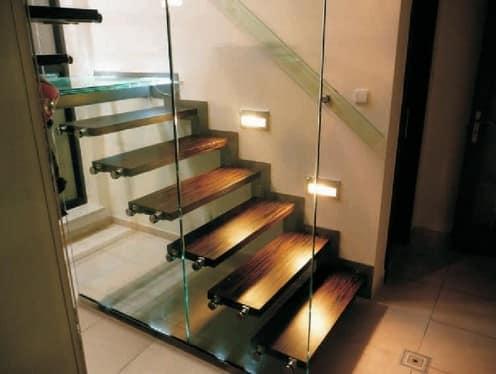 Стеклянная стена с дверью на лестницу