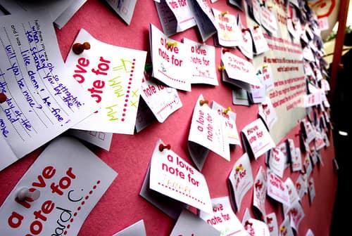 """""""100 причин, почему я тебя люблю"""" на стикерах на стене"""