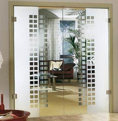 Частично прозрачная дверь из стекла в интерьере