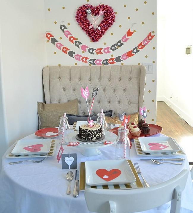 Декор стола и квартиры на 14 февраля