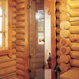 Дверь из стекла в деревянном доме