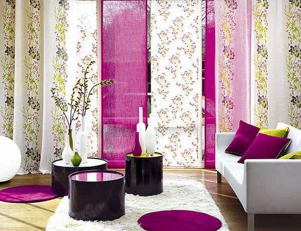 Разноцветные узкие гардины для поднятия потолка