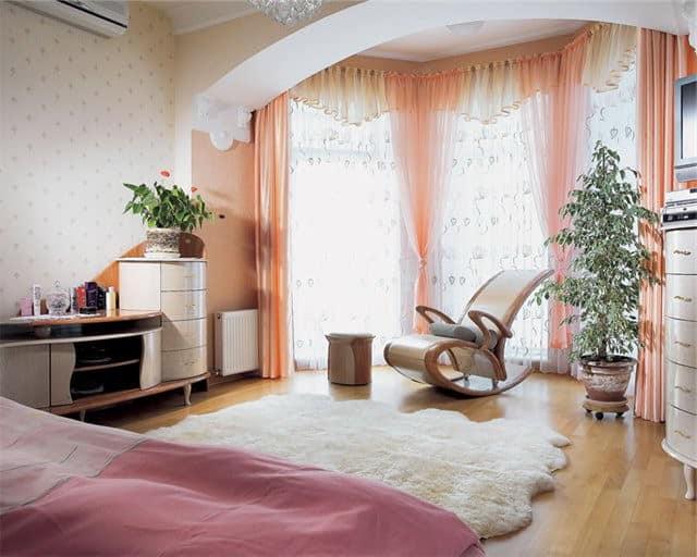 Спальня с низким потолком и шторы для нее