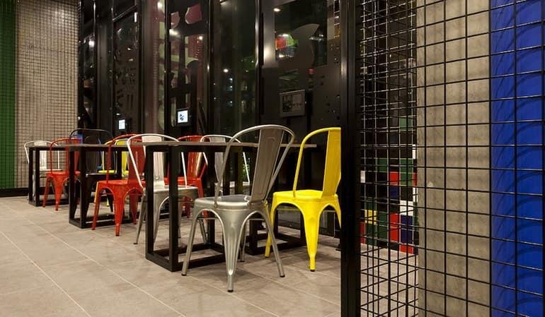 Яркие столики в суши-баре Sushizilla