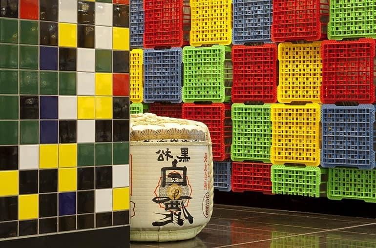 Пиксельная графика на плитке, японские элементы и яркие ящики
