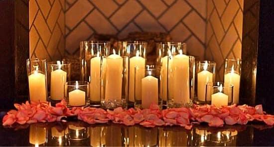 Декор на 14 февраля: напольные свечи в стеклянных подсвечниках и розовые лепестки