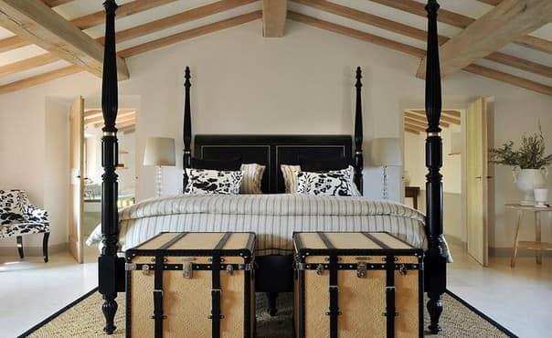 Черная кровать в спальне на чердаке