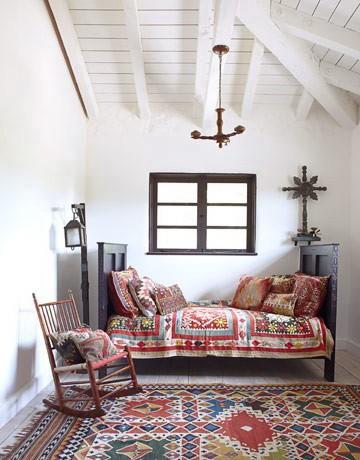 Темная мебель в белой спальне на фото