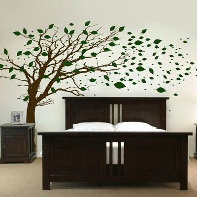Темно-коричневая кровать в белой спальне