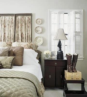 Белая спальня с темной мебелью