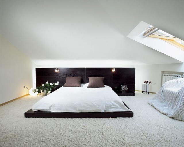 Белая спальня с кроватью на полу