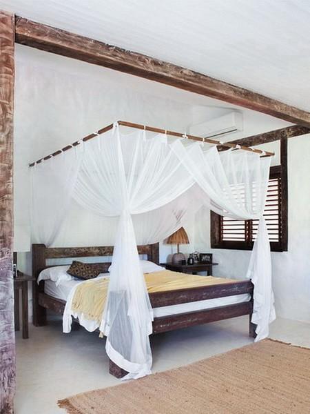 Контраст темной мебели и светлой спальни