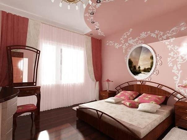 Темная кровать в светло-розовой спальне
