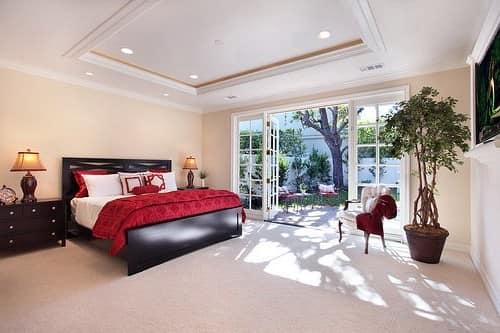 Черная мебель в просторной, светлой спальне