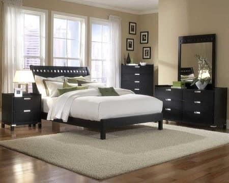 Мебель темных оттенков в светлой спальне