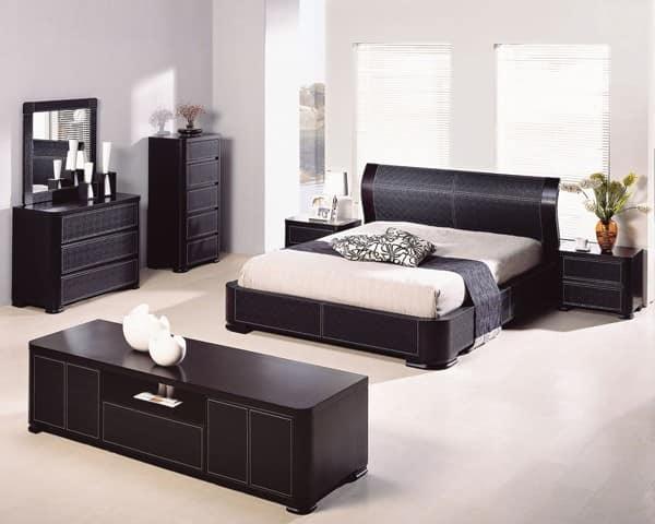 Фото светлой спальни с темной мебелью